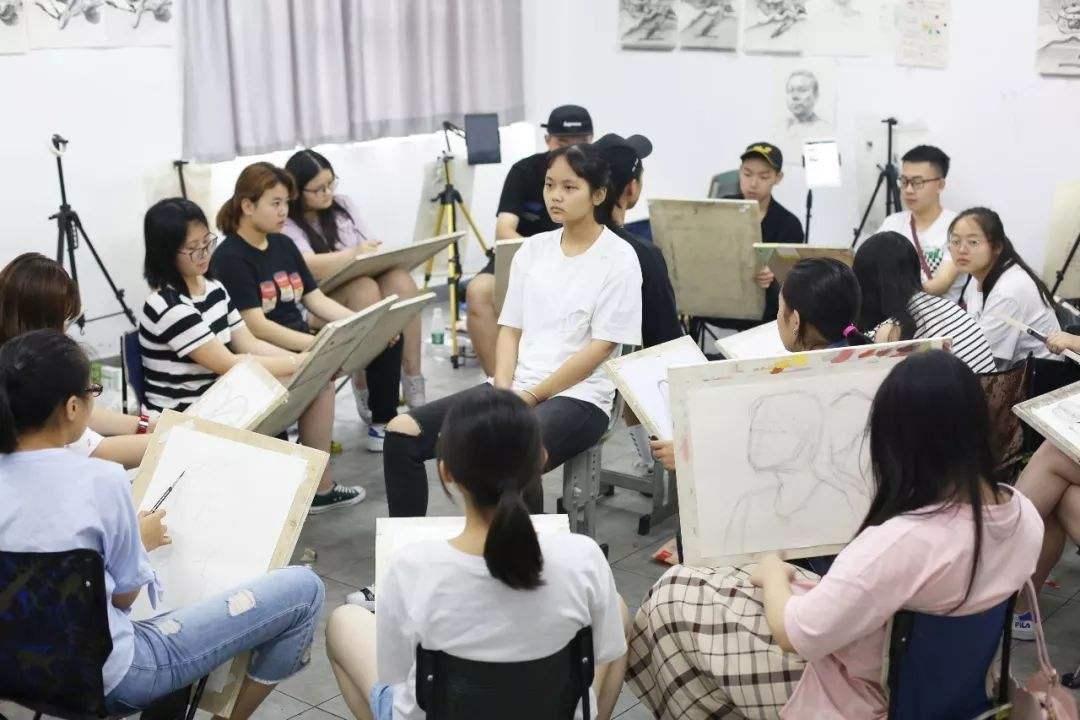 重庆美术培训画室带你看看美术生的集训生活?你真以为集训很苦?